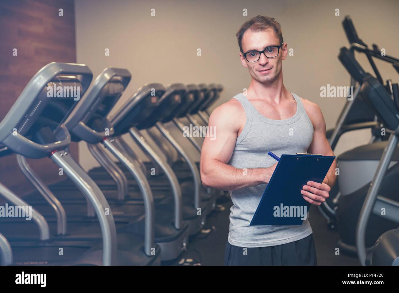 Frau, trainieren Sie im Fitnessraum mit ihrem persönlichen trainer Stockbild