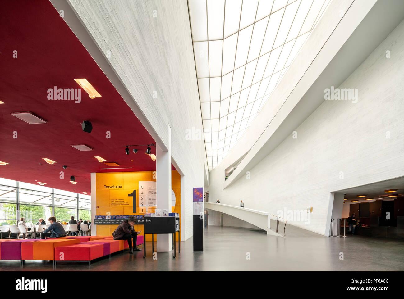Helsinki Kiasma Museum für zeitgenössische Kunst Innenraum mit Eingang zur Galerie und Kiasma Cafe auf der linken Seite. Stockbild