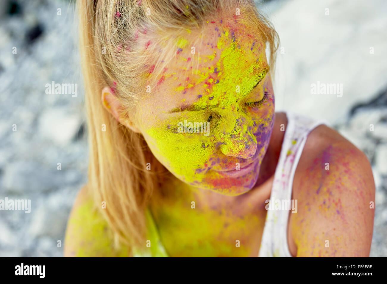 Das Festival von Holi. Die Freude und Glück. Farbe im Gesicht. Blonde Mädchen Stockbild