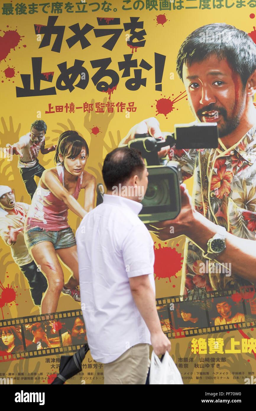 Ein Mann An Einem Plakat Des Films Mit Einem Schnitt Der Toten