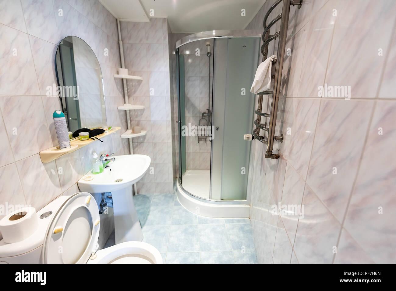 Neue, Saubere Inszenierung Modell Heim, Haus, Hotel Oder Apartment  Guesthouse Dusche Badewanne Badezimmer Europäischen Altmodische Alte  Innenraum, Niemand, ...