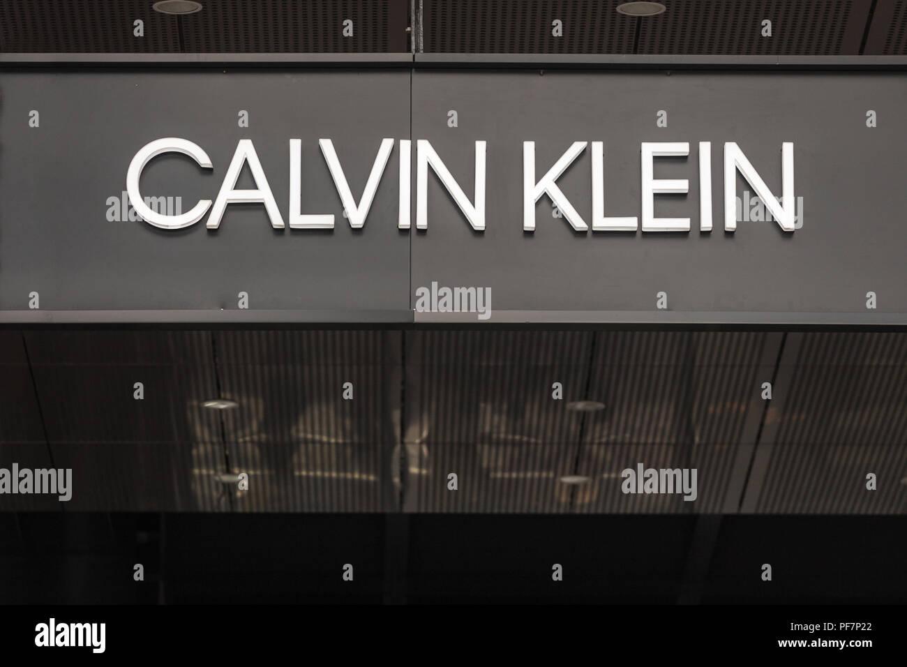 Belgrad, SERBIEN - 19. AUGUST 2018: Calvin Klein Logo auf ihren wichtigsten Store in Belgrad, Serbien. Calvin Klein ist eine US-amerikanische Fashion House und Luxus goo Stockfoto