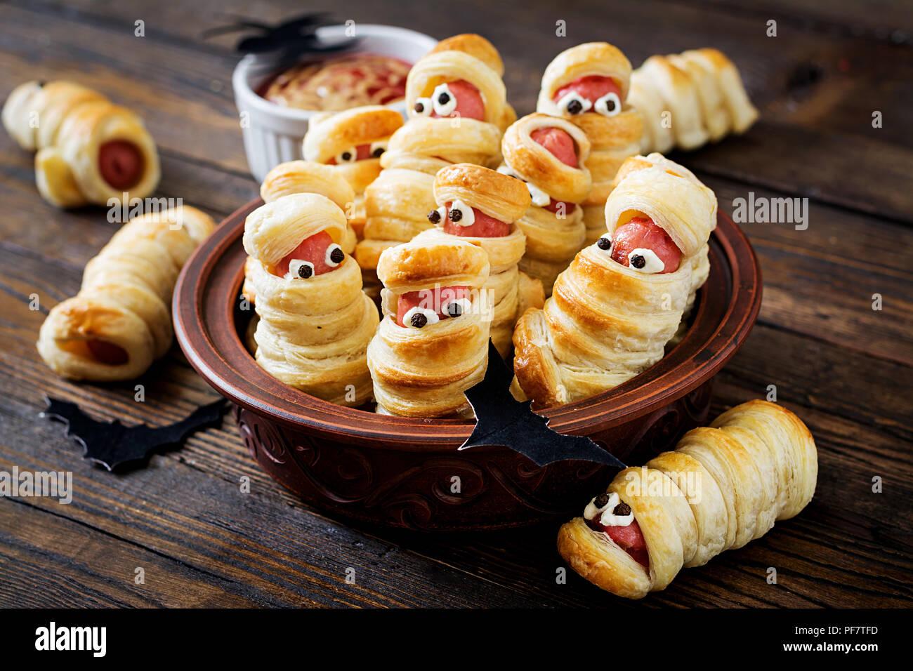 Beangstigend Wurst Mumien Im Teig Mit Lustigen Augen Auf Den Tisch Lustige Dekoration Halloween Essen Stockfotografie Alamy
