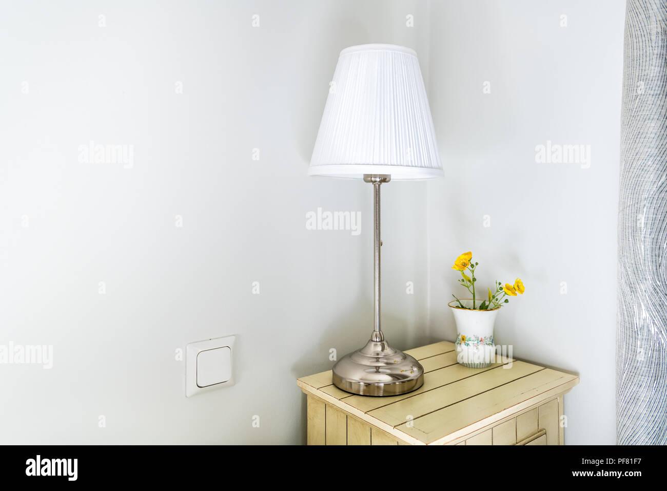 Moderne Lampen 81 : Nahaufnahme des modernen nachtkästchen im schlafzimmer zimmer mit