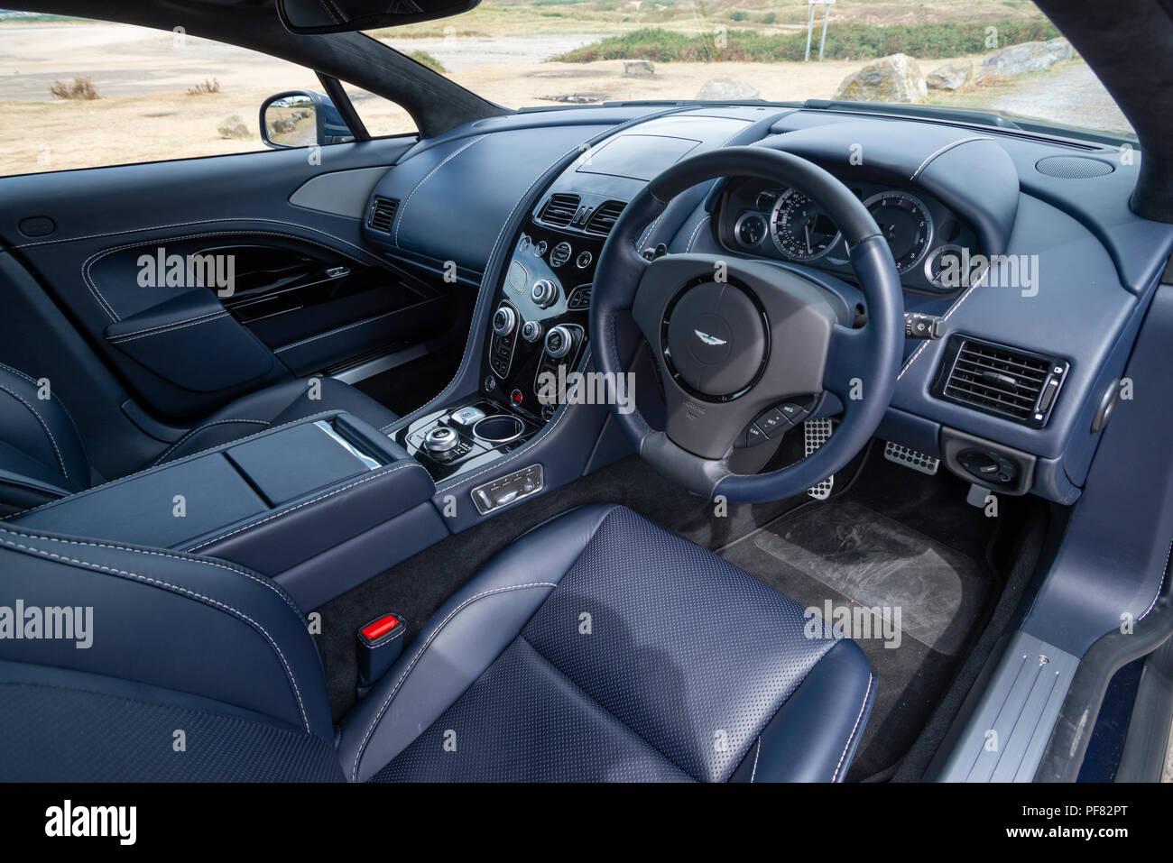 Der Innenraum Eines Aston Martin Rapide S Sport Limousine Mit Vier Türen In Das Tal Von Glamorgan Fotografiert Stockfotografie Alamy