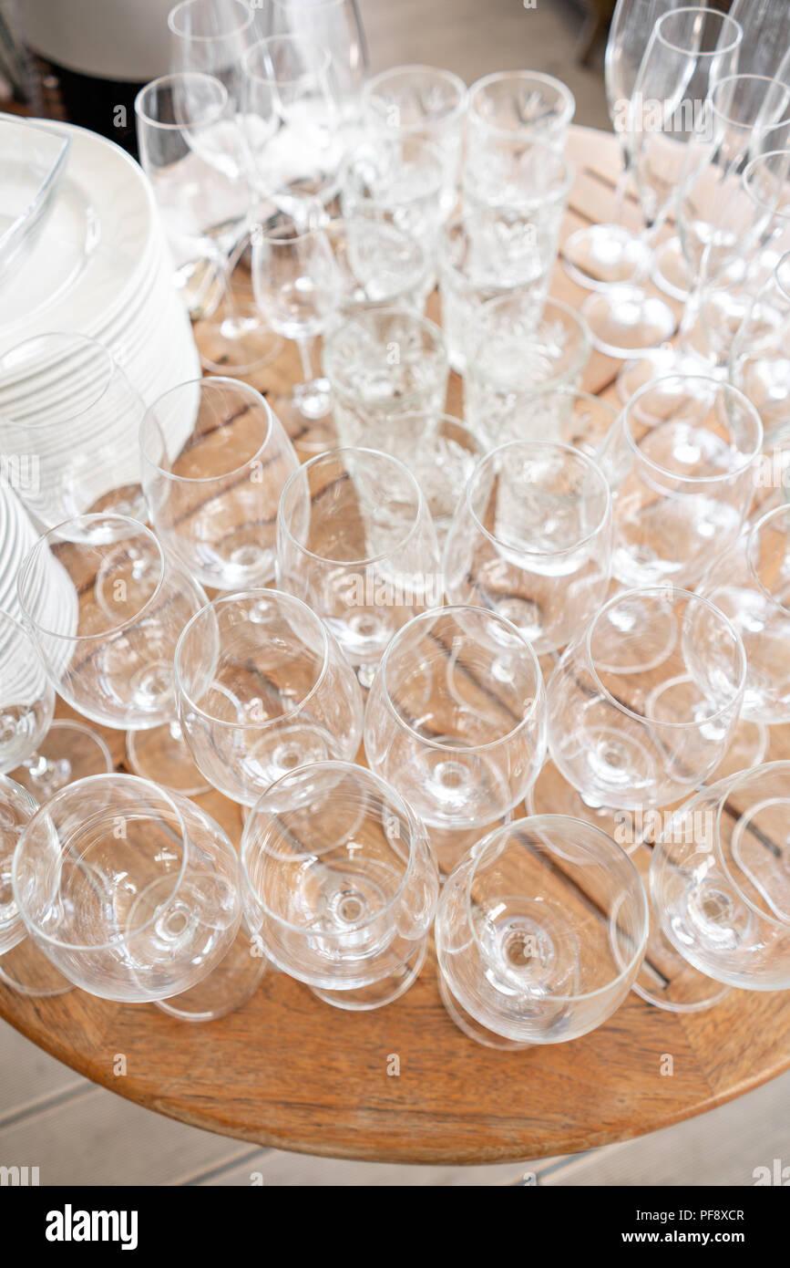 Sauberen Teller, Gläser und Besteck auf Holztisch. Catering Set-up für die Veranstaltung vorbereitet zu beginnen. ervice Bereich der Kellner im Restaurant. Stockfoto