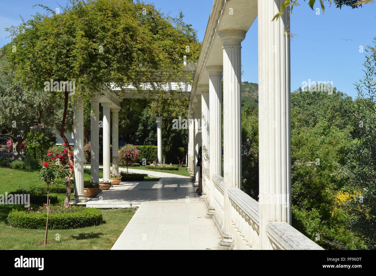Das Konzept der Landschaftsgestaltung in den Garten, eine schöne Gitter mit einer Spalte, Blumen und Bäume Stockbild