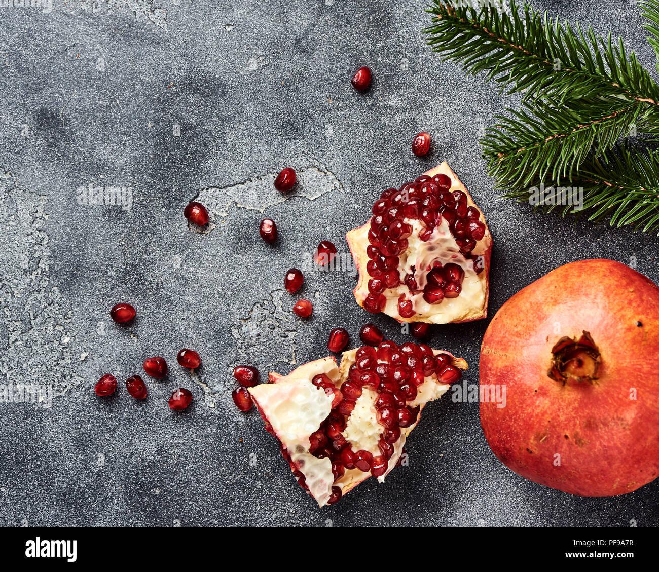 Granatapfel Obst mit Samen auf grauem Hintergrund mit kopieren. Ansicht von oben. Stockbild
