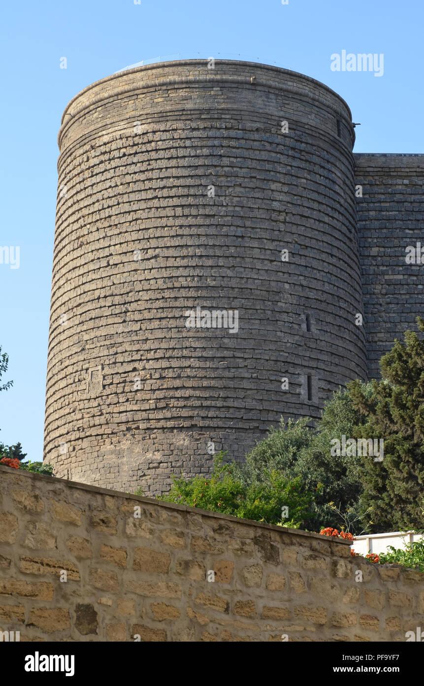 Der Jungfrauenturm Qiz Qalasi Eine Ratselhafte Alte Monument Das Sich In Der Altstadt Von Baku Stadt Stockfotografie Alamy