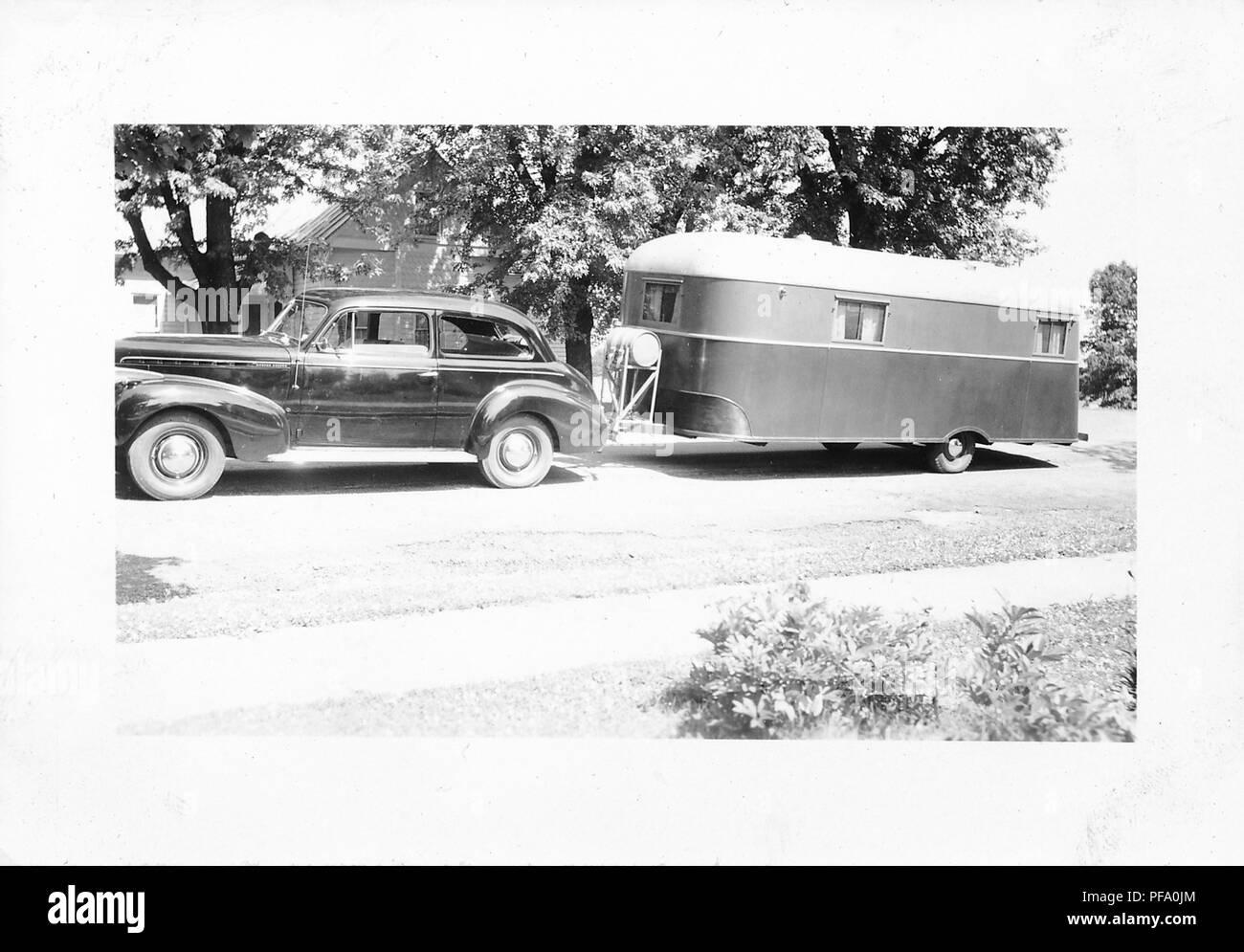 Schwarz Weiß Foto Zeigt Ein Profil Auf Eine Glänzende Dunkle Vintage Chevrolet Sedan Auto Mit Dem