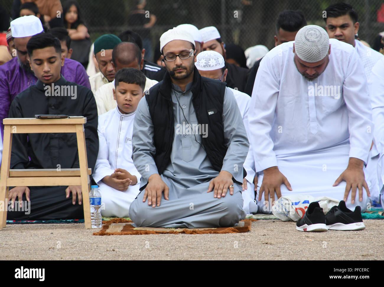 London, Großbritannien. 21 Aug, 2018. Ein paar Hunderte von gewidmet Muslime, Eid al-Adha, hat keine bestimmte Zeitdauer und Feiern, markiert das Fastenbrechen am Ende des Ramadan, in der Islamische Kalender am Barnard Park am 21. August 2018, London, UK. Bild Capital/Alamy leben Nachrichten Stockfoto