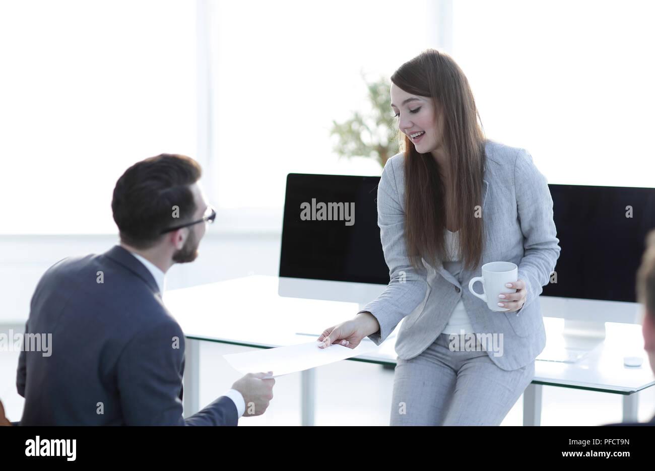 Mitarbeiter gibt dem Manager das Dokument. Stockfoto