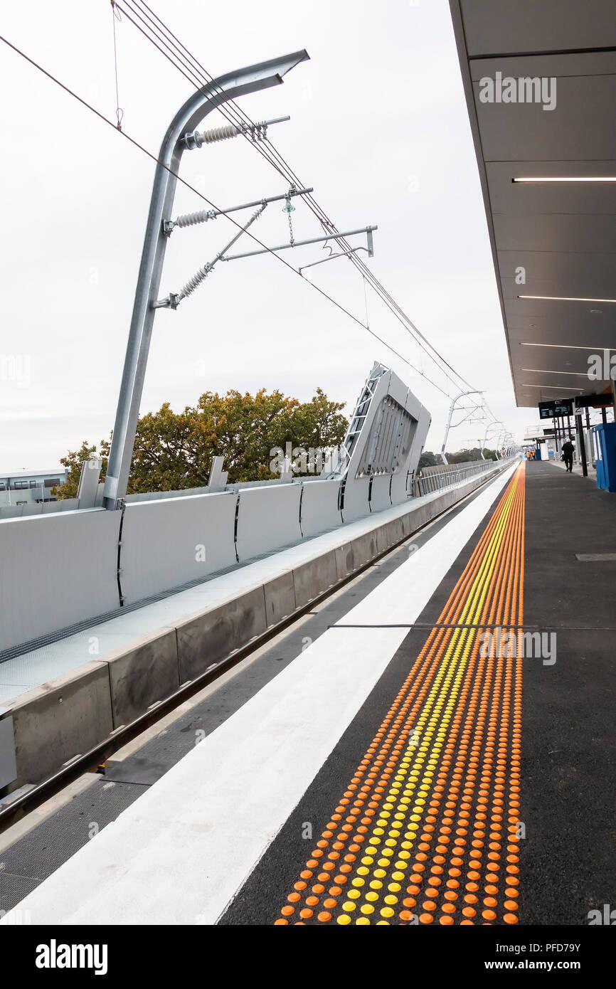 Murrumbeena, Victoria, Australien - 29. Juni 2018: Farben und konvergierenden gerade Linien dominieren die Architektur mit der Sky Rail Projekt. Stockbild