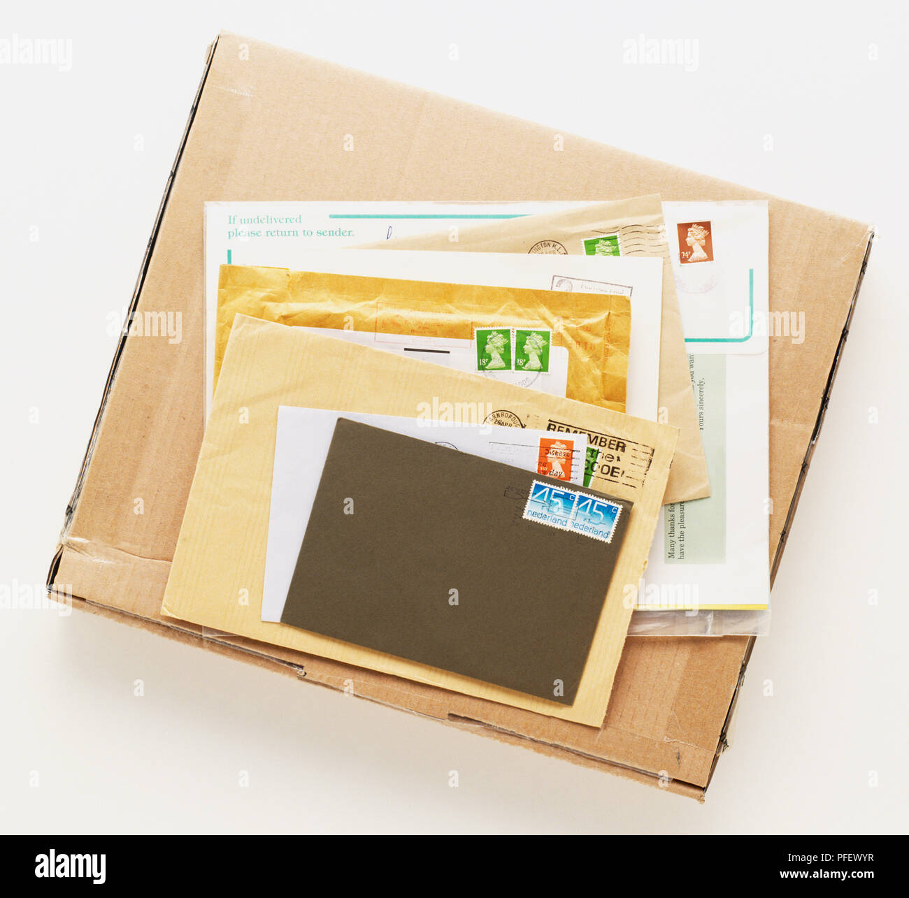 Stapel von gestanzten Buchstaben auf Karton Paket, Ansicht ...