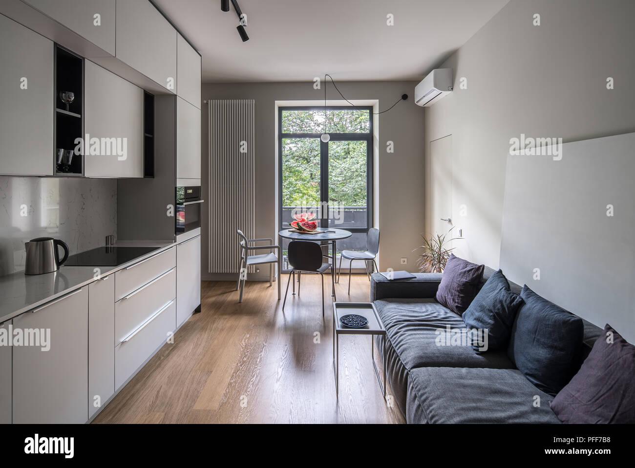 Fußboden Küche Parkett ~ Küche in einem modernen stil mit hellen wänden und einem parkett auf