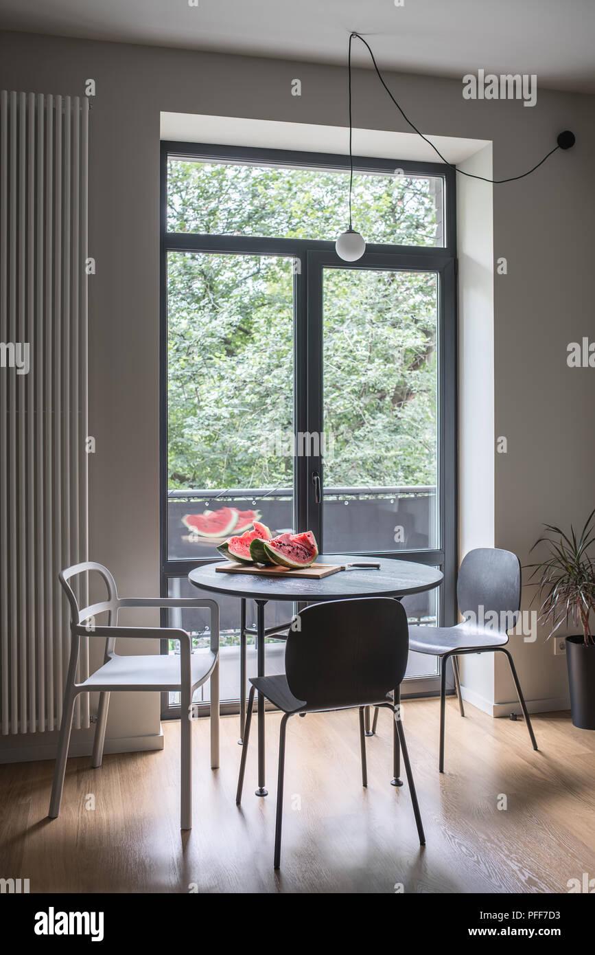 Hall In Einem Modernen Stil Mit Hellen Wanden Und Parkett Auf Dem
