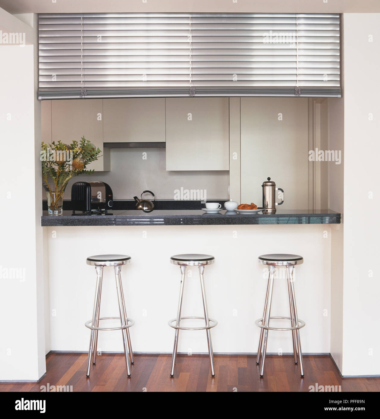 Drei metall Hocker gesäumt von Diner Stil Fenster - Bar in ...