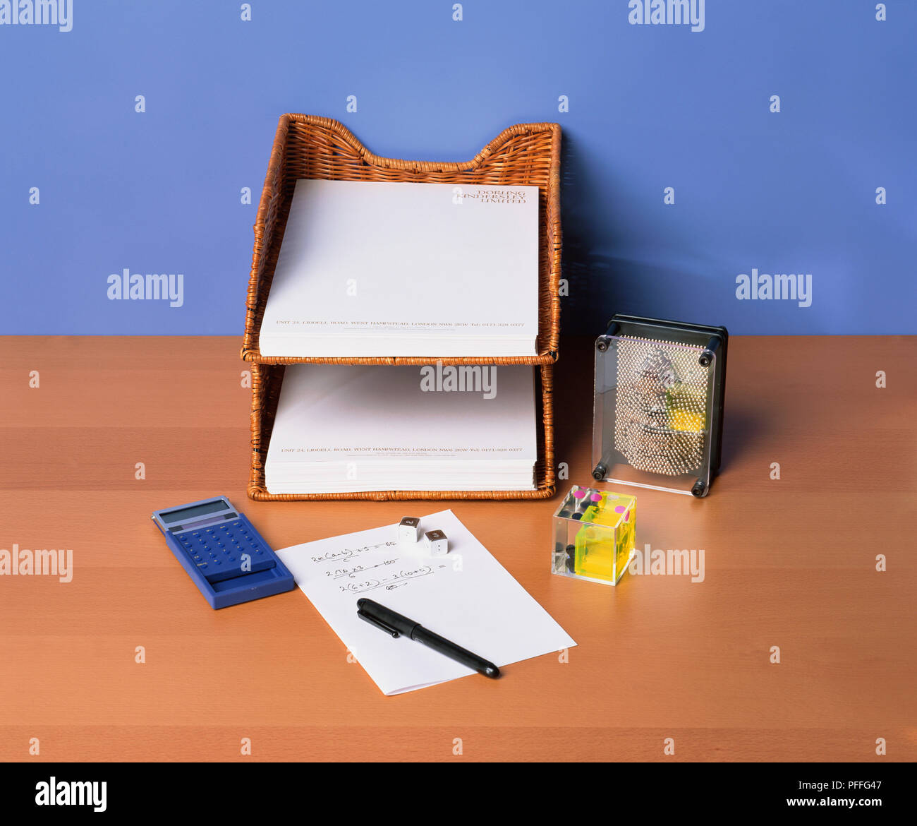 Ein Schreibtisch In Fach Mit Papier Gefüllt Pin Kunst Schreibtisch