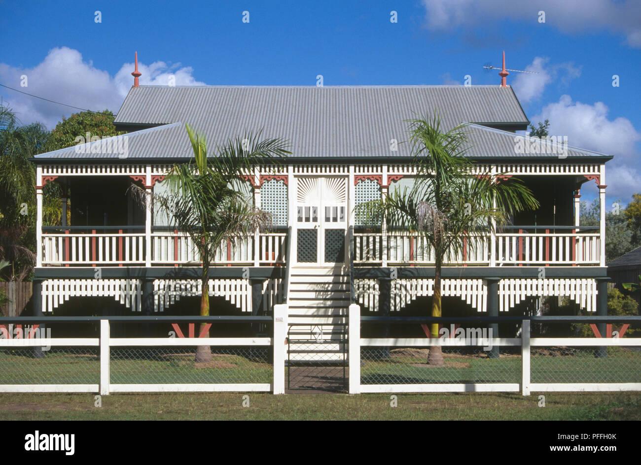 Australien, Queensland, Marlborough, weiß getünchte Fassade Holz Stelzenhaus mit Wellblechdach Stockfoto