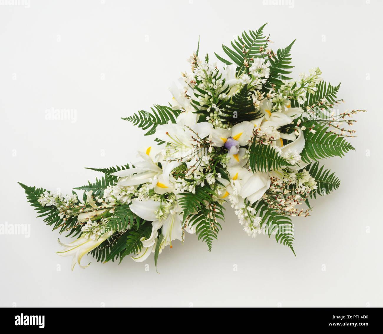 Brautstrauss Aus Weissen Lilien Flieder Iris Und Boston Farn