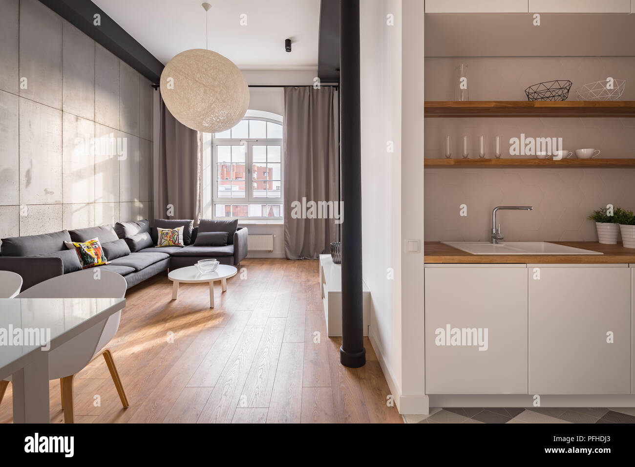 Stilvolles Apartment Mit Offener Kuche Und Ein Geraumiges Wohnzimmer