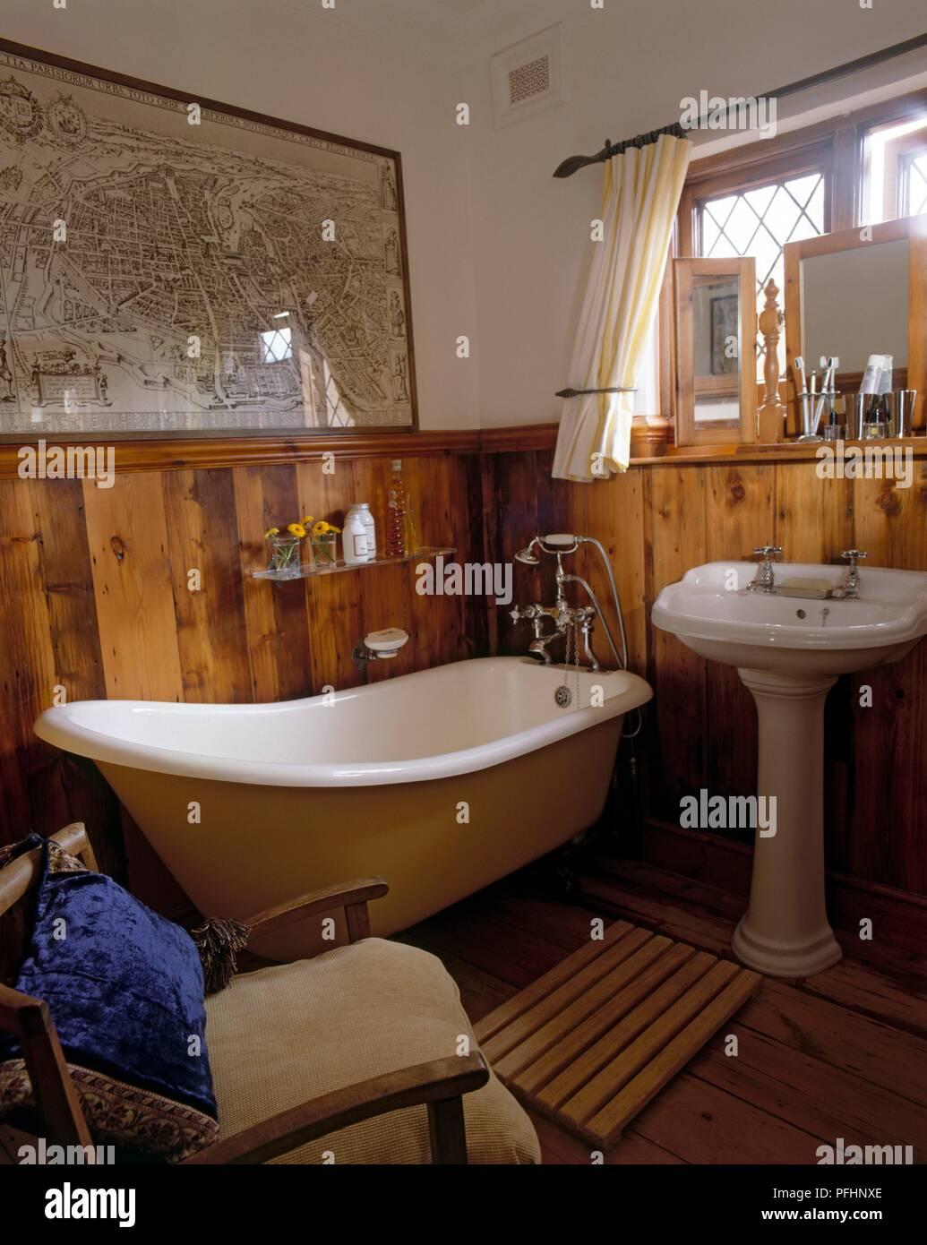 Badezimmer Mit Eigenstandigen Badewanne Ein Waschbecken Und Ein