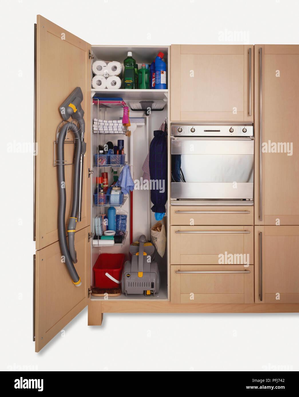 Reinigung Schrank In Der Küche Schrank, Mit Staubsauger, Besen,  Reinigungsmittel Und Küchenrollen, Vorderansicht.
