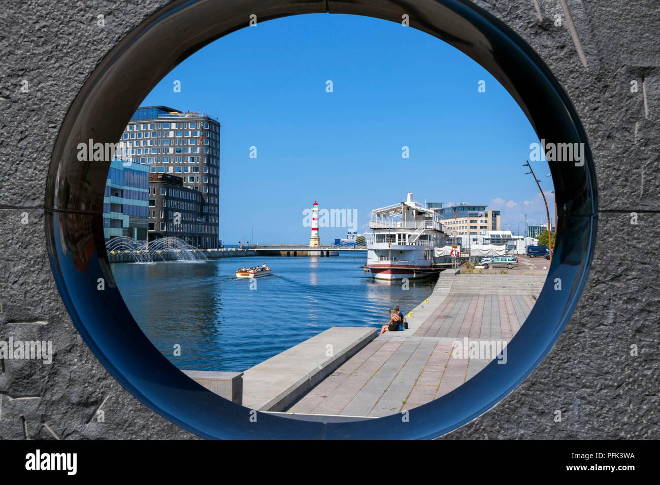 Malmö, Schweden. Hafen gesehen durch eine Skulptur an der Waterfront, Malmö, Scania, Schweden Stockbild