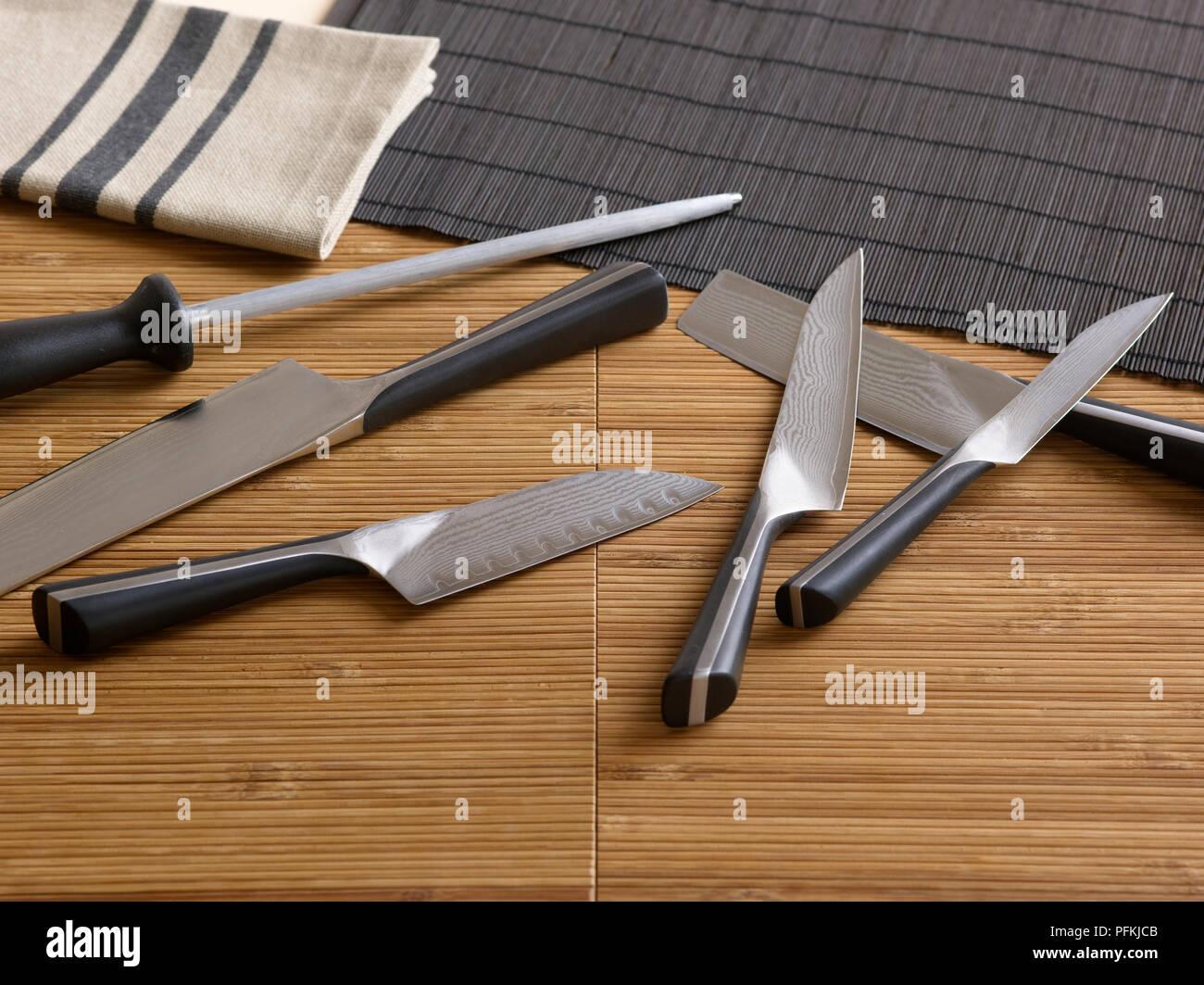 Verschiedene Messer Und Spitzer Auf Bambus Platzmatten Stockfoto