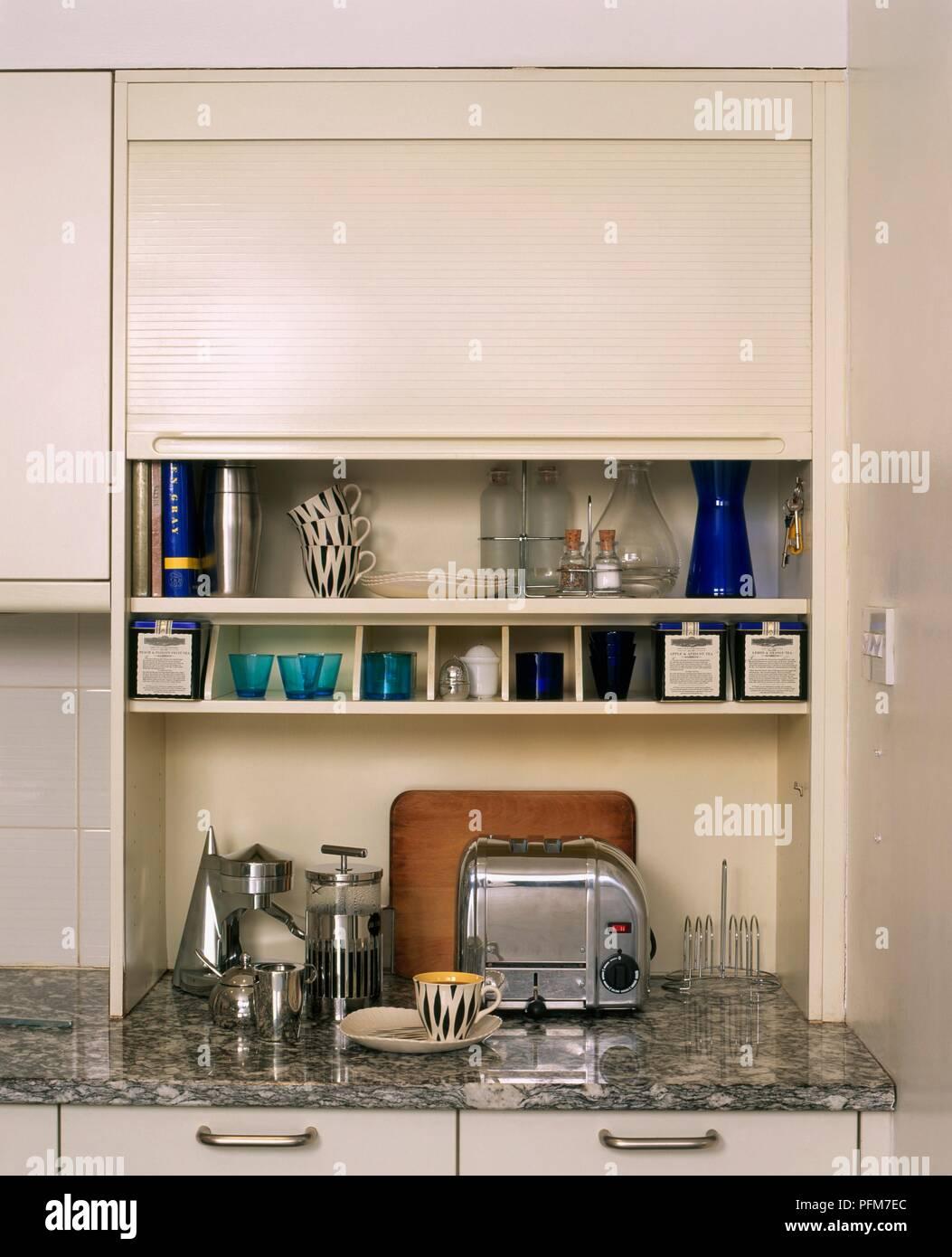 Küche, Schrank mit Roll-up Tür Stockfoto, Bild: 216189188 - Alamy