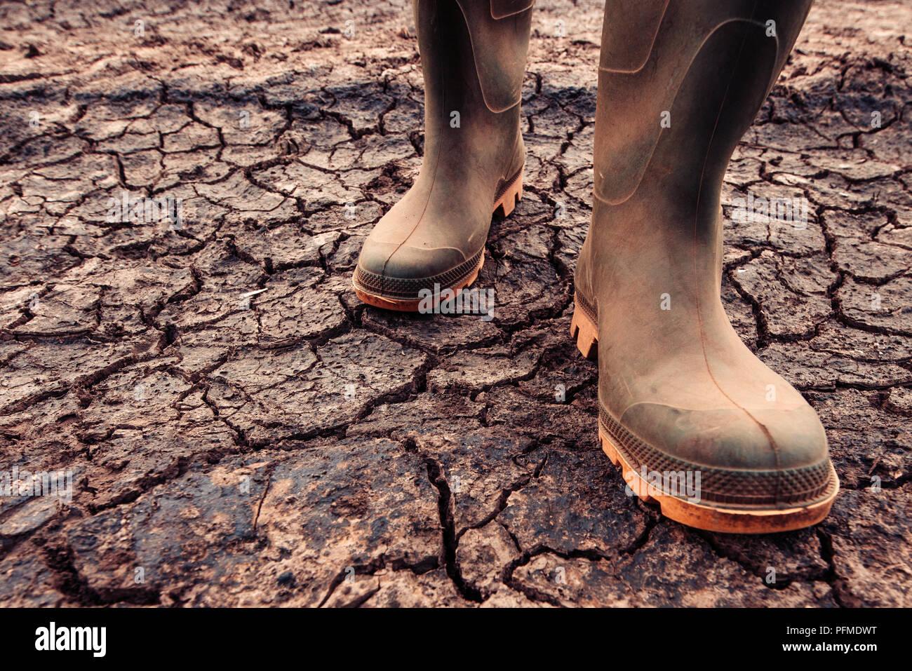Gummistiefel Landwirt Trockenem Boden Auf Stehen In 3L5jSqcRA4