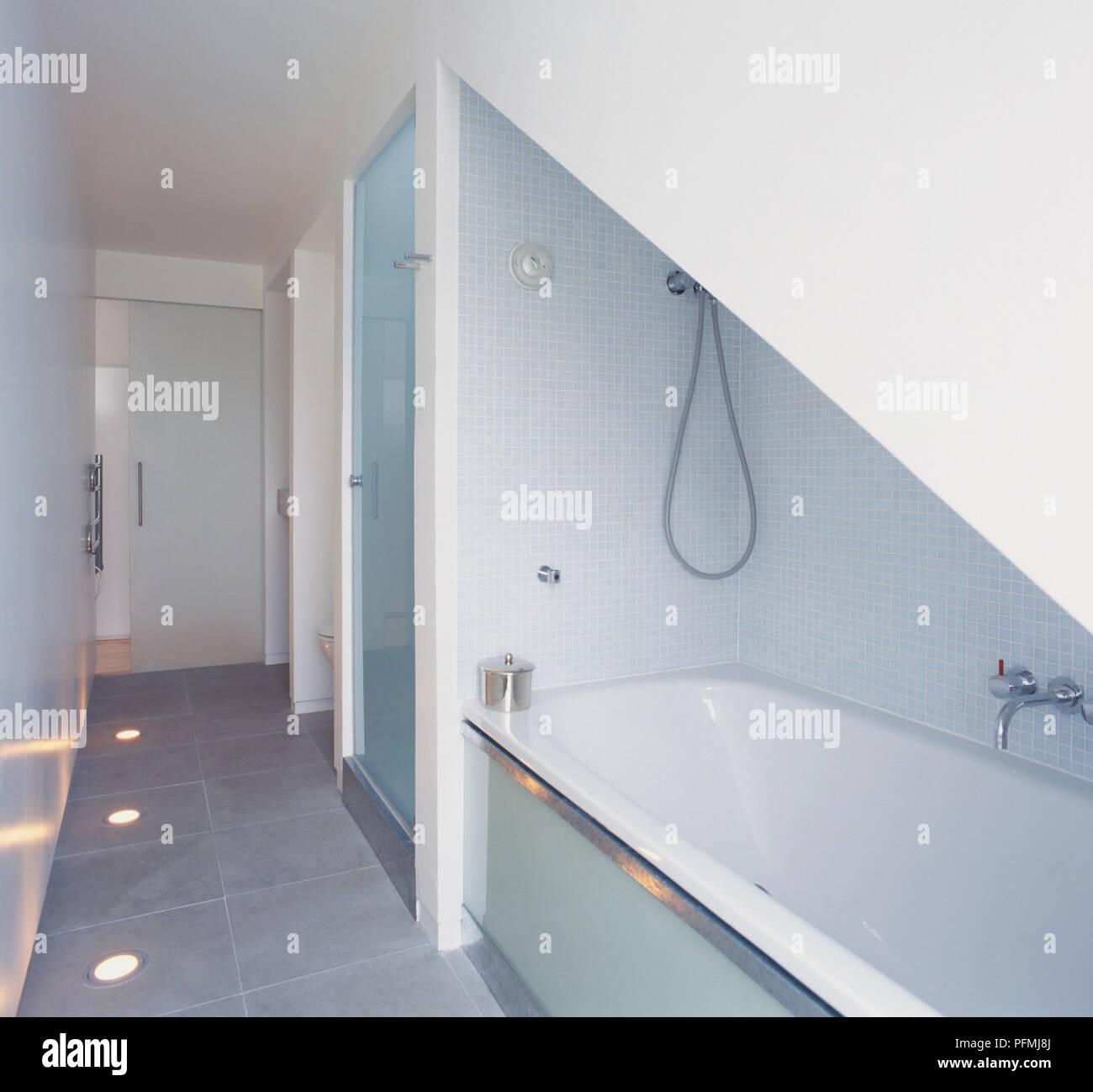 Badezimmer Mit Badewanne Unter Dachschrage Ausgestattet Und