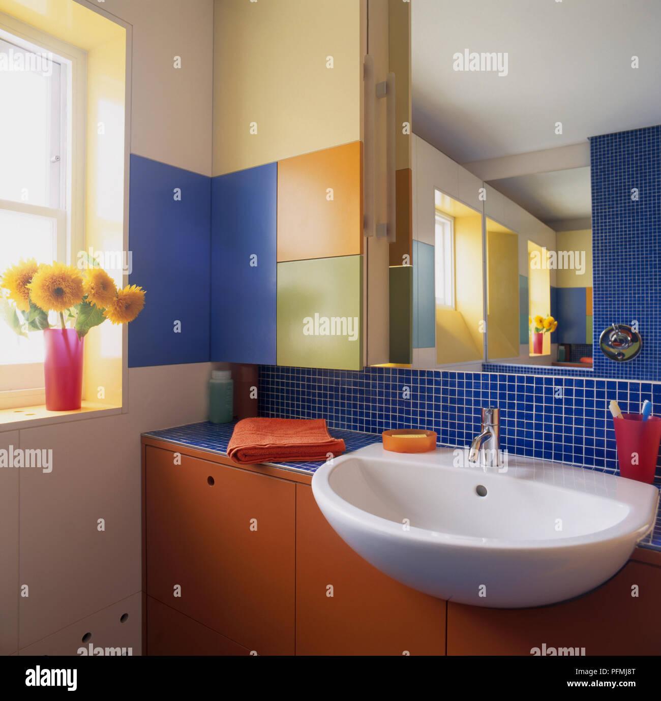 Modernes Badezimmer mit Waschbecken, Spiegel und Einbauschränke ...