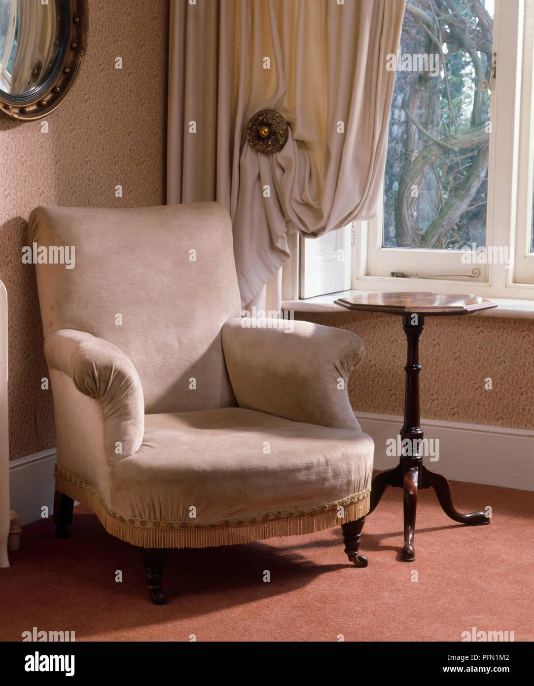 Cremefarbene Sessel Mit Beistelltisch In Der Ecke Des Zimmers Durch