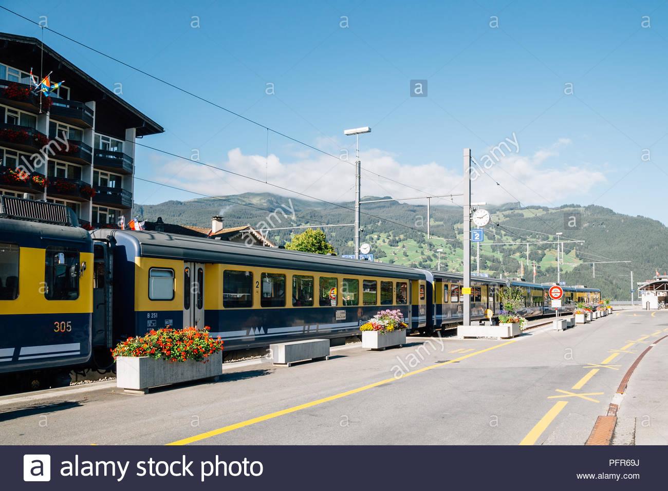 Grindelwald, Schweiz - 22. August 2016: Bahnhof Grindelwald mit Berg Stockbild