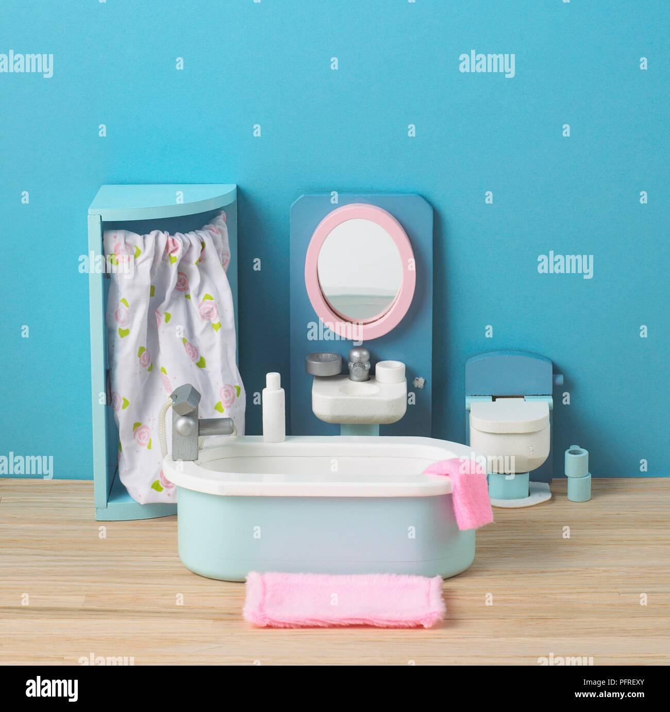 Puppenhaus Badezimmer mit blauen Wand- und Holzboden Stockfoto, Bild ...
