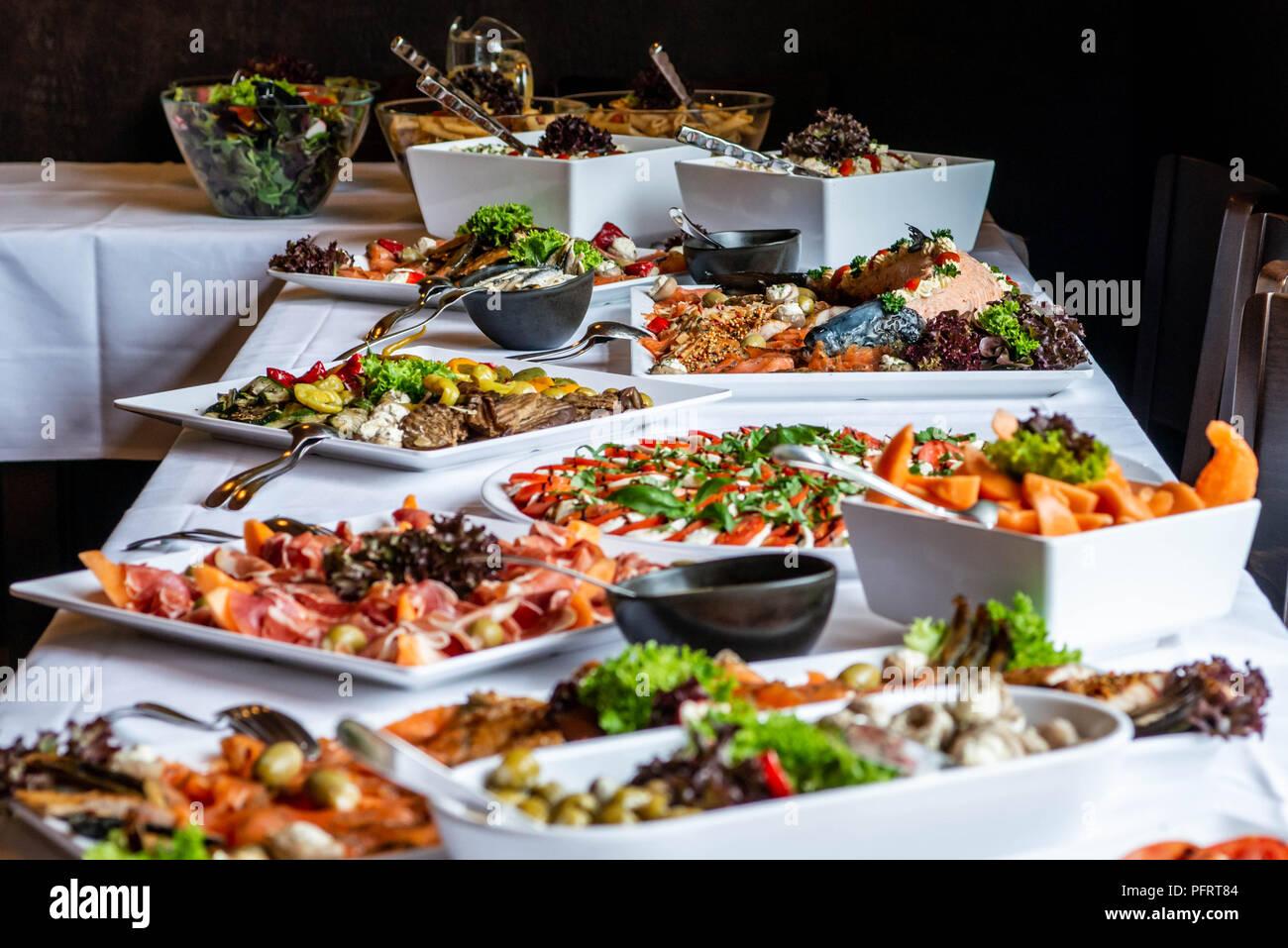 Party Brunch großes Buffet Tisch mit Essen Fleisch Gemüse