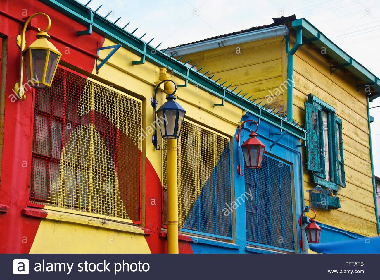 Südamerika, bunt bemalte Gebäude mit Straßenlaternen, La Boca, Buenos Aires, Argentinien Stockbild