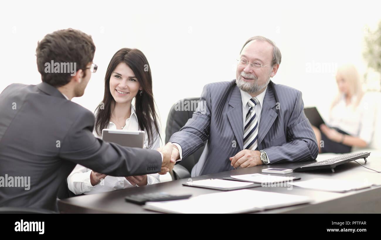 Handshake zwischen Kollegen am Arbeitsplatz im Büro Stockbild