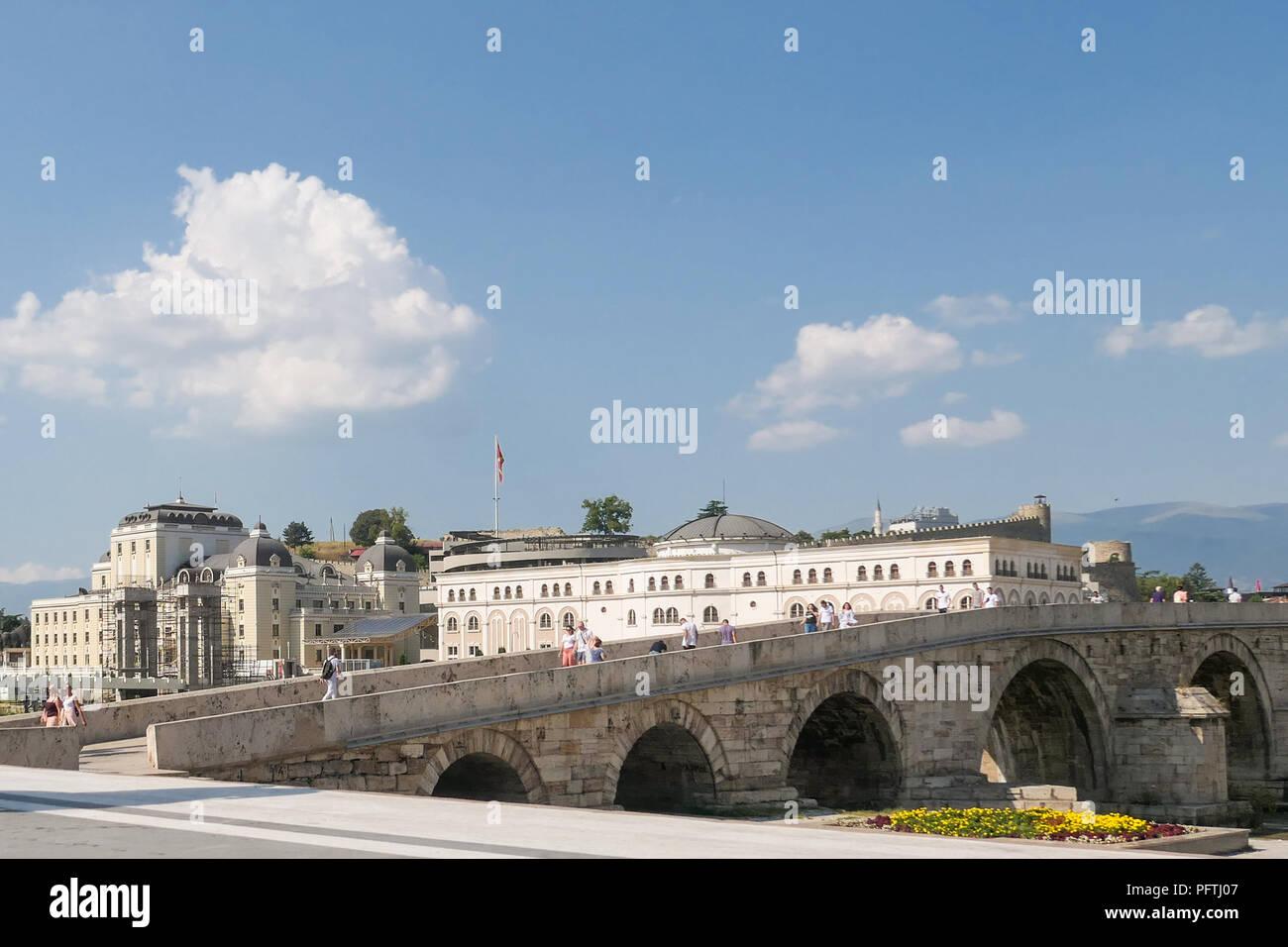 Skopje, Mazedonien - Museum der mazedonischen Kampf und steinerne Brücke Stockbild