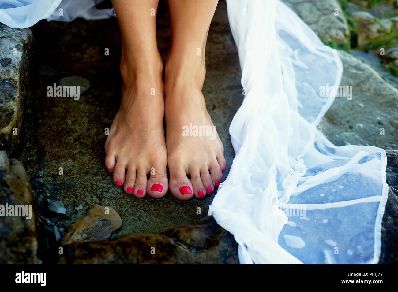 Füße im Meer Wasser. Auf die Nägel der pink Polnisch. Urlaub, schönes Leben Stockbild