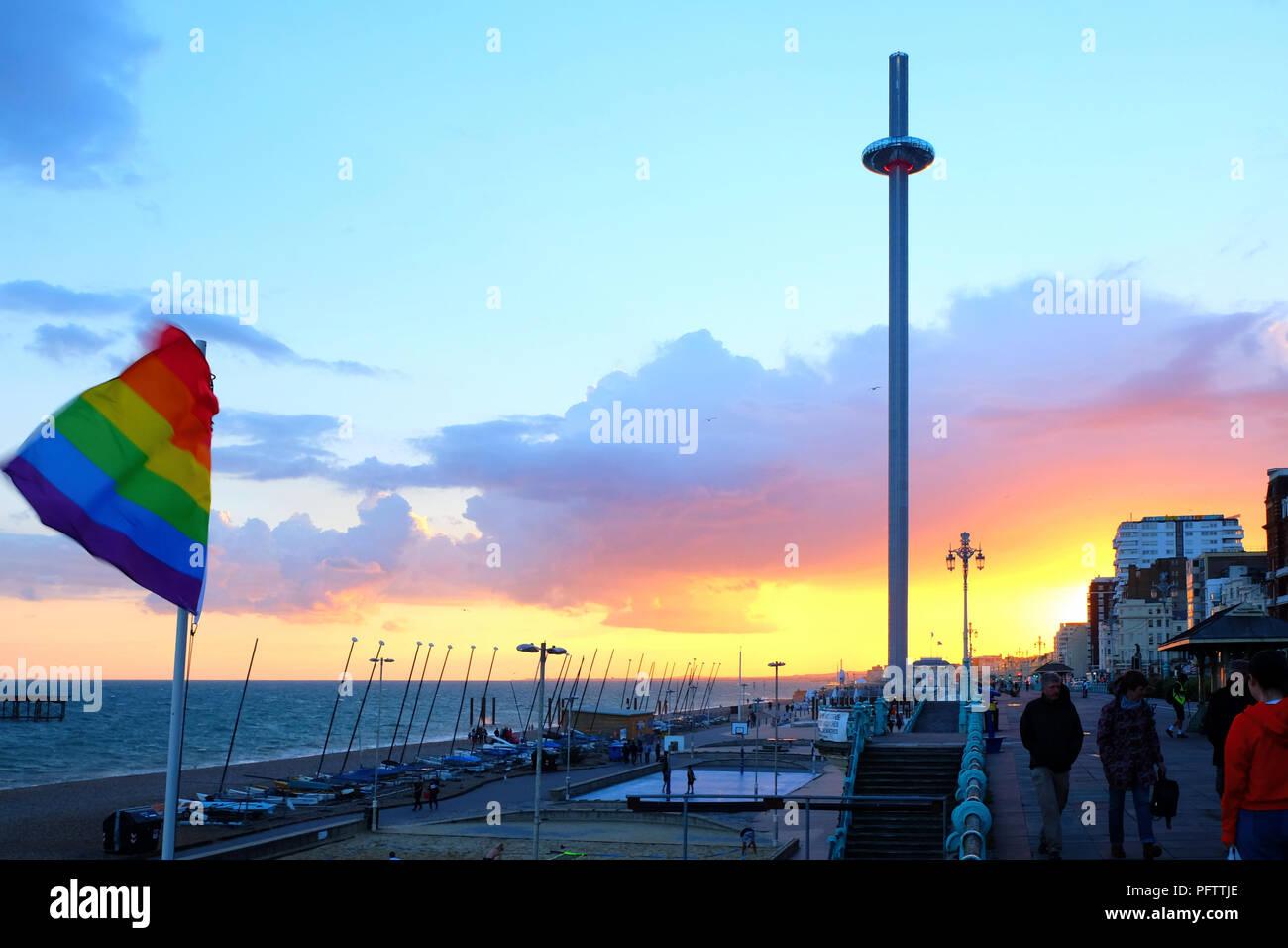 Brighton Promenade bei Sonnenuntergang mit der beweglichen aussichtsturm in der Mitte der Promenade sehr beschäftigt ist ein Stolz Flagge im Hintergrund fliegen ist der Himmel Ich Stockbild
