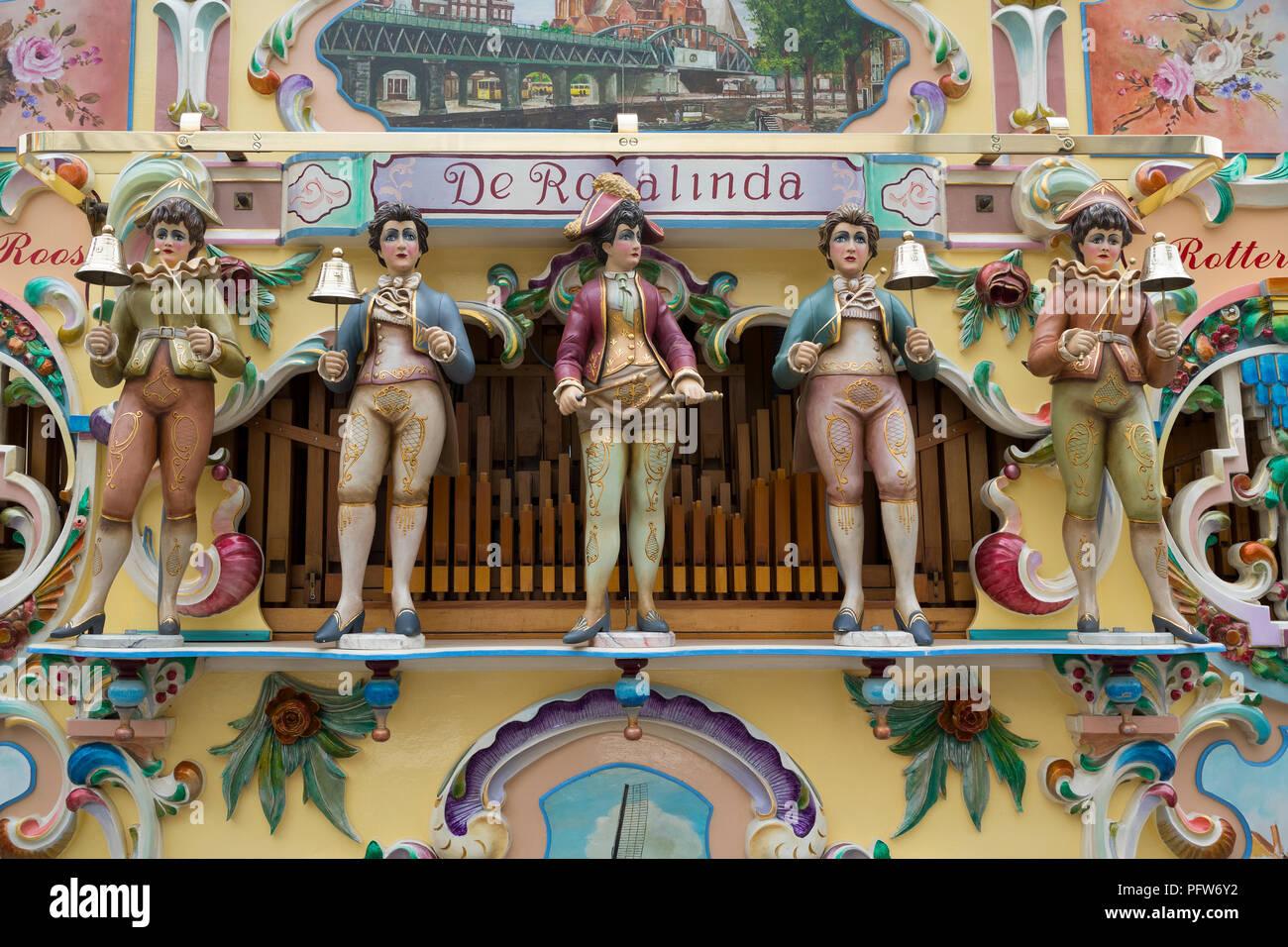 Rotterdam, Niederlande - 7. Juli 2018: Nahaufnahme der Puppen auf eine traditionelle holländische Straße Drehorgel mit dem Namen Rosalinda Stockbild