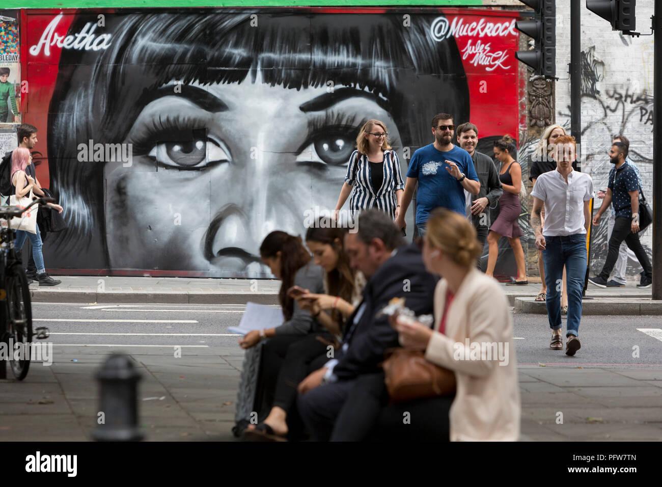 Londoners Spaziergang, vorbei an einem neuen Wandbild in Shoreditch (nach Künstler Jules Muck) der Seele Königin Aretha Franklin, die ein paar Tage zuvor gestorben, am 20. August 2018 in London, England. Stockfoto