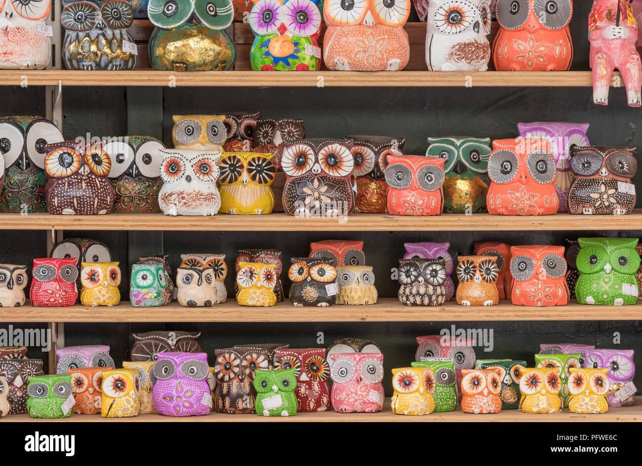 Farbenfrohen Tier oder Vogel Souvenirs in Form von Eulen auf Verkauf auf Regalen in einem Souvenirladen in der Altstadt von Kerkyra auf der griechischen Insel Korfu. Stockbild