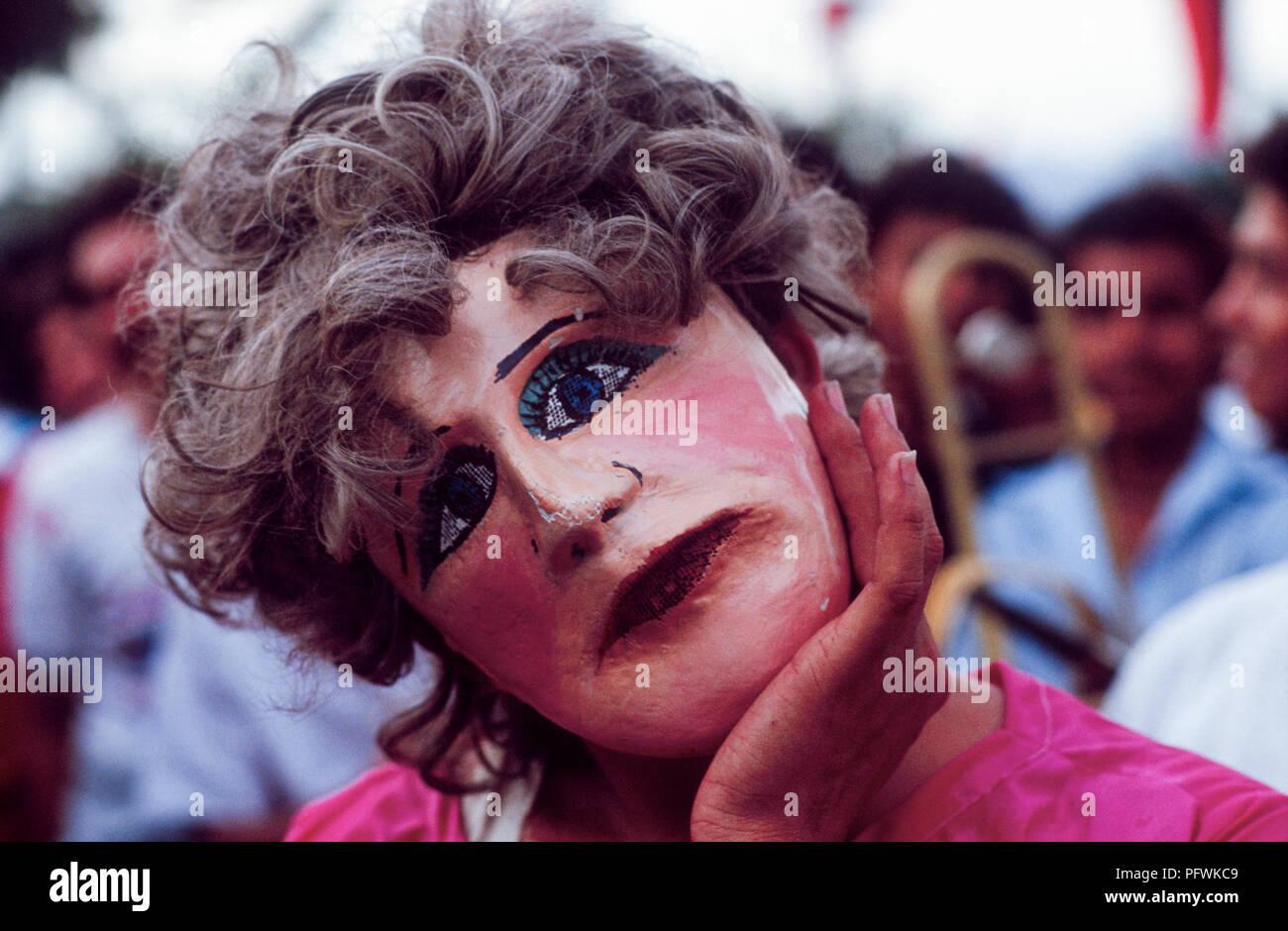 Managua, Nicaragua, Wahlen, Feb 1990; eine Frau trägt eine traditionelle Nicaraguanische Maske aus Pappmache mashe. Stockbild