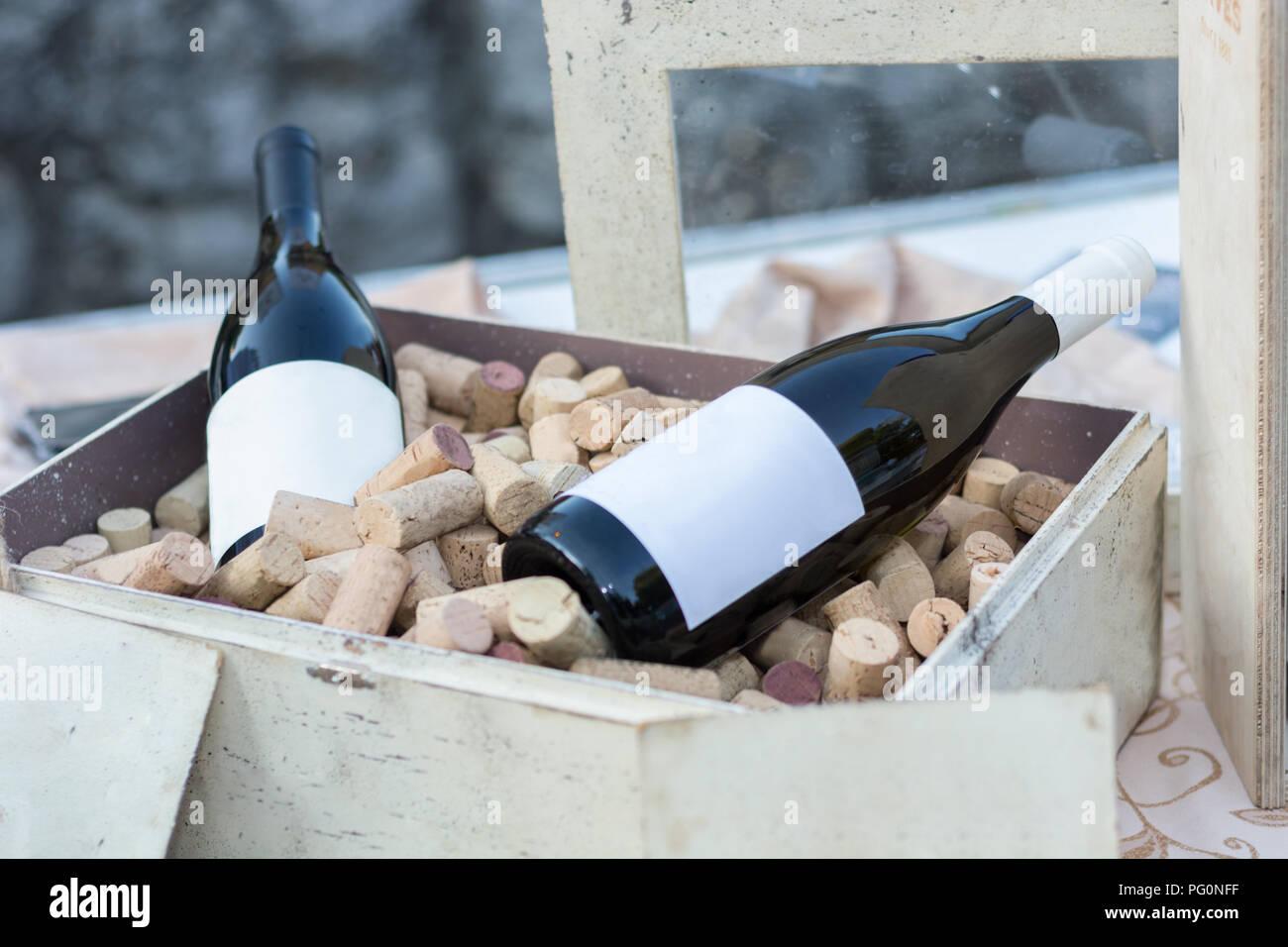 Zwei Rote Weinflaschen In Alten Holzernen Kasten Voll Mit