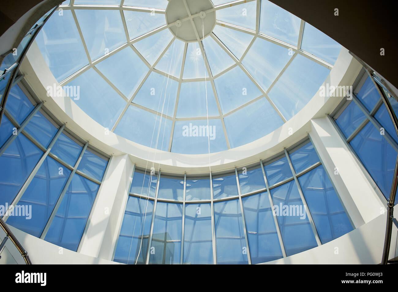 Die verglaste Kuppel der modernes Gebäude. Der blaue Himmel ist beleuchtet Stockbild