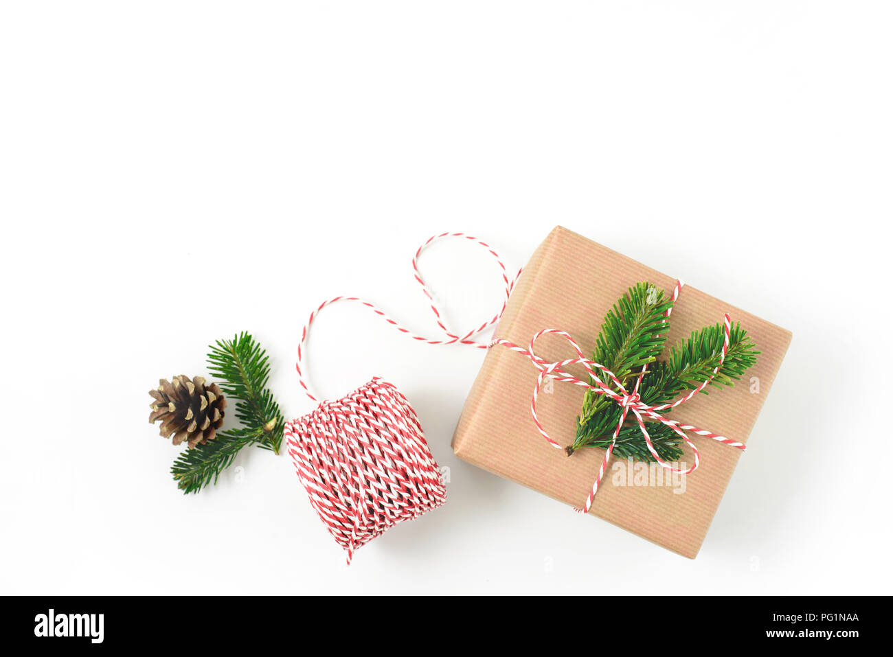 Weihnachten Geschenk verpackt in Handwerk braunes Papier und mit Fir ...