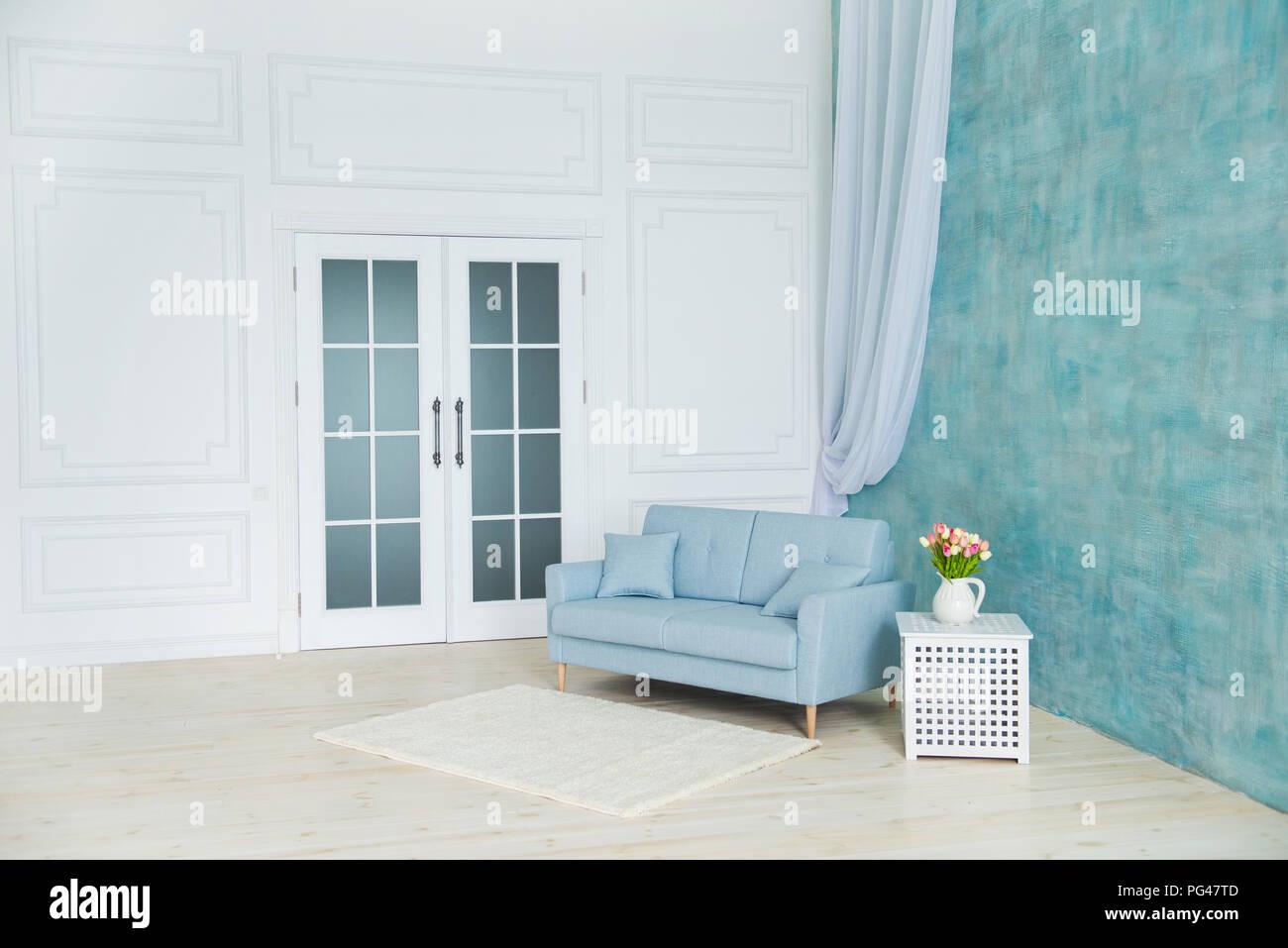White Room Ist Ein Blaues Sofa Ein Podest Mit Blumen In Einer Vase